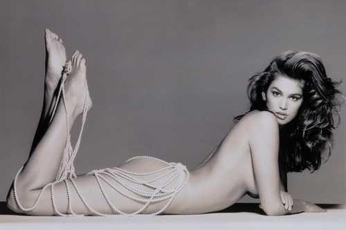 cindy-crawford-sexy-naked-in-bed-pearls_500_01