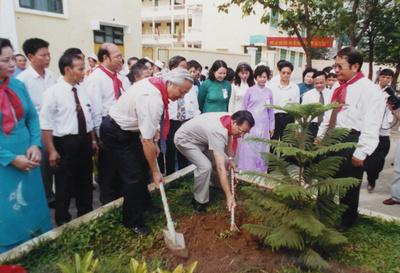 chủ tịch nước Nông Đức Mạnh tới thăm và trồng cây lưu niệm