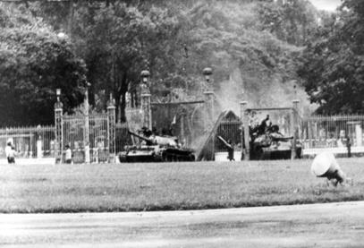 Ngay sau đó, xe tăng 390 dưới quyền chỉ huy của Vũ Đăng Toàn húc tung cánh cửa chính của dinh, tiến thẳng vào Dinh Độc Lâp, mở đường cho các tuyến xe tăng khác tiến vào hội quân trong khuôn viên của Dinh.