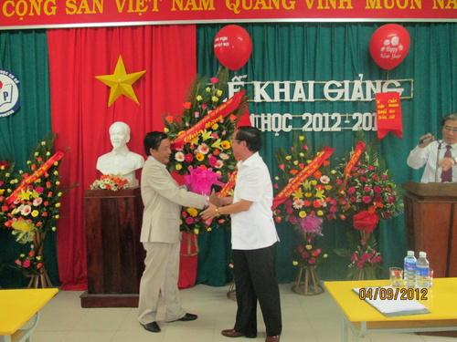 bi_thu_thi_uy_tang_hoa_ngay_khai_giai_tai_thuy_phuong_500