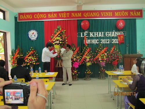 lanh_dao_tinh_tang_hoa_ngay_khai_giai_tai_thuy_phuong_500