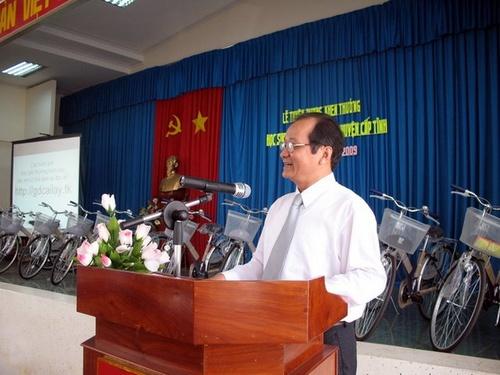Ông Trần Thanh Đức (GĐ Sở GD&ĐT Tiền Giang) trong buổi lễ Tuyên dương khen thưởng Học sinh giỏi huyện Cai Lậy năm học 2008-2009