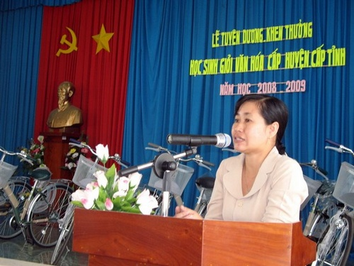 Bà Châu Thị Mỹ Phương (P. Chủ tịch UBND huyện) trong lễ Tuyên dương học sinh giỏi huyện Cai Lậy NH 2008-2009