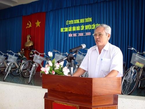 Ông Ngô Minh Chung (Trưởng Phòng GD&ĐT) trong lễ Tuyên dương học sinh giỏi huyện Cai Lậy NH 2008-2009