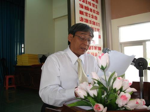 Ông Nguyễn Trong Khương - Phó Trưởng phòng Giáo dục và Đào tạo huyện Cai Lậy thông qua Báo cáo tổng kết năm học 2008-2009