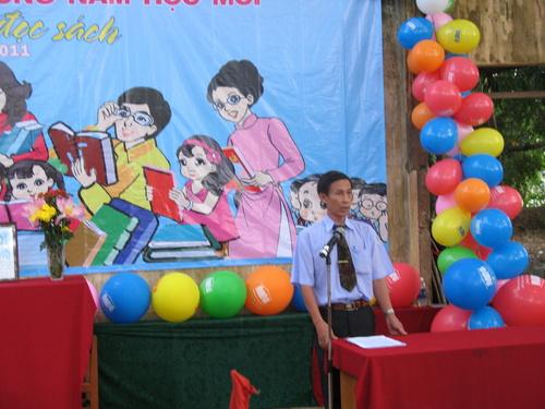 Ông Trương Thanh Hùng - Hiệu trưởng trường Tiểu học Ngũ Hiệp 2 đọc diễn văn khai mạc