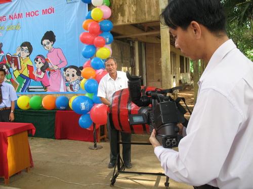 Ông Trần Văn Trí _ Phó Giám đốc Sở Giáo dục và Đào tạo tỉnh Tiền Giang đánh trống khai giảng năm học