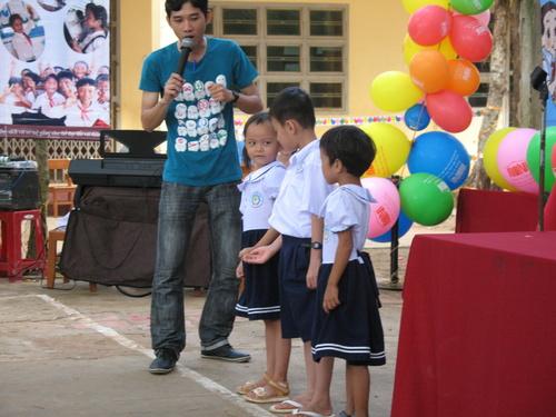 MC của tổ chức Room to Read điều khiển chương trình ngày hội đọc sách trong ngày khai giảng - cho các em học gia tham gia các trò chơi
