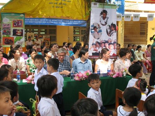 Các đại biểu đại diện tổ chức Room to Read tham dự ngày lễ khai giảng tại trường TH Ngũ Hiệp 2