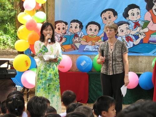 Bà Ông Jonh Wood - người sáng lập tổ chức Room to Read phát biểu trong buổi lễ khai giảng NH 2010-2011 ở trường TH Ngũ Hiệp 2