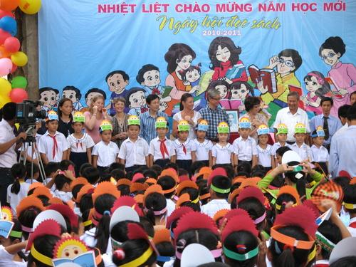 Tổ chức Room to Read đội mũ vương miện ngày hội đọc sách tượng trưng cho học sinh trường TH Ngũ Hiệp 2