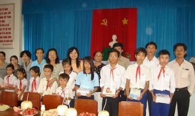 Phát quà cho học sinh nghèo hiếu học