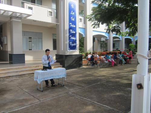 Thầy Nguyễn Văn Thế, phó hiệu trưởng nhà trường, đọc diễn văn khai mạc