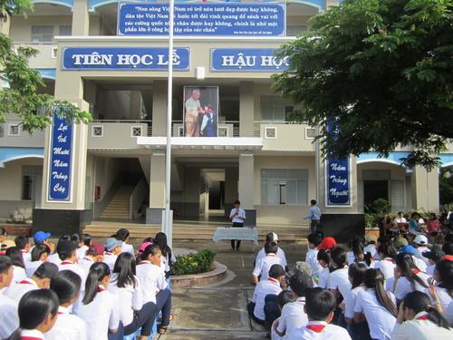 Em Lê Nguyễn Tần tài, HS lớp 9E đại diện hơn 200 vận động viên của trường, đọc quyết tâm luyện tập. thi đấu tốt.