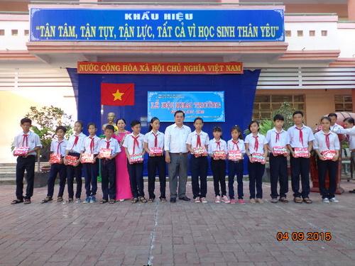 Lanh dao Thi xa va Phuong phat qua cho hoc sinh