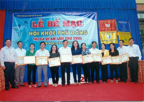 btc_trao_giy_khen_cho_hiu_trng_cc_trng_c_thnh_tch_cao_500